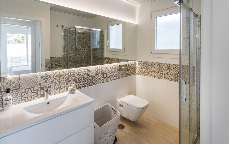 Dusche, WC und Lavabo im Erdgeschoss