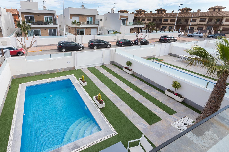 Blick von oben auf Garten und Schwimmbad