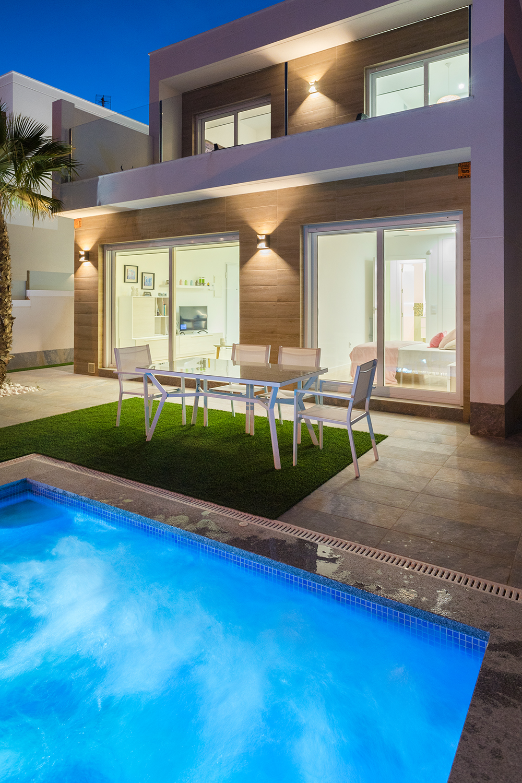 Einfamilienhaus mit Garten und Schwimmbad nachts