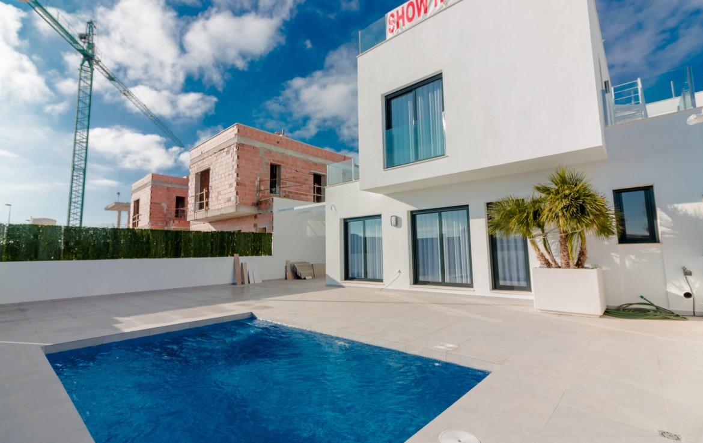 Haus von aussen mit Schwimmbad